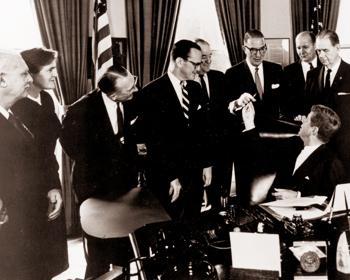 Signature de l'amendement Kefauver-Harris par le Président Kennedy (1962)